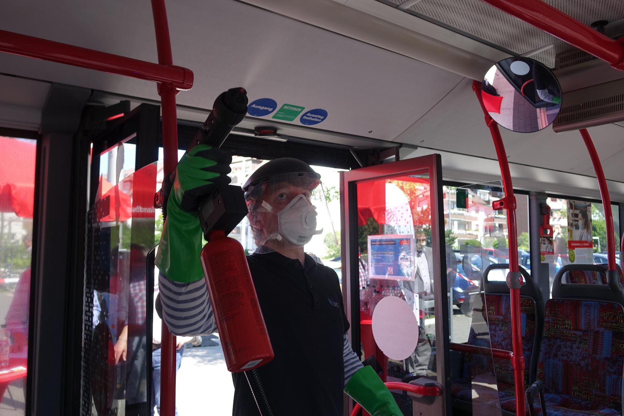 DB Mitarbeiter trägt Oberflächenbeschichtung Titano in Bus-Kontaktflächen auf.