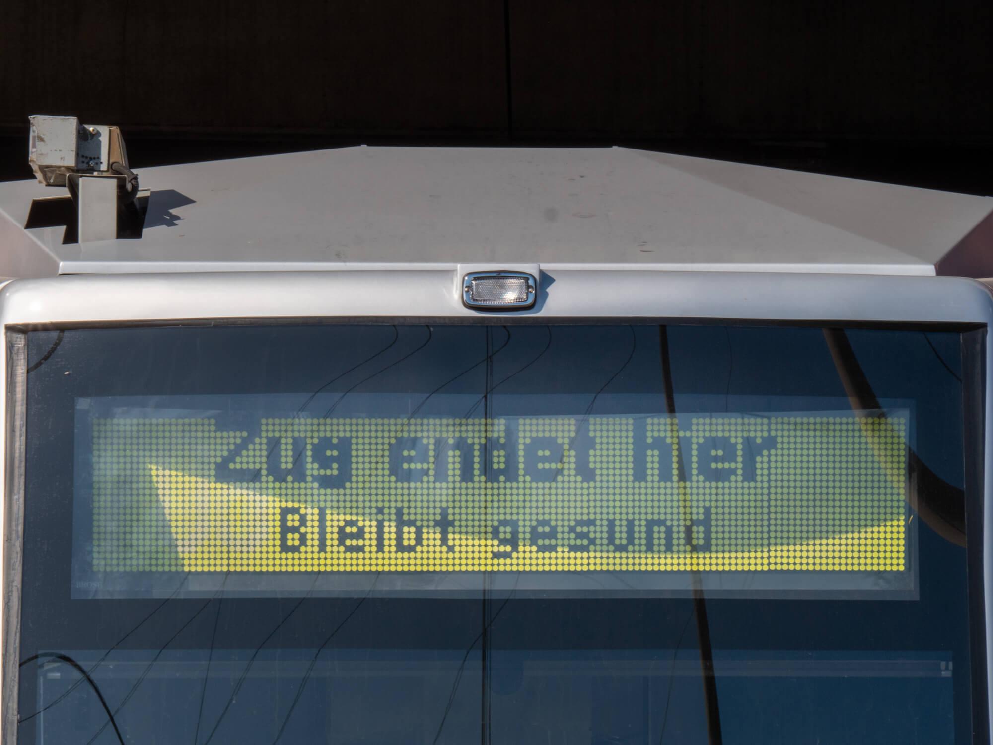 """""""Bleibt gesund"""" – das wünscht die Rheinbahn allen über die Zielanzeige an Bussen und Bahnen bei Dienstfahrten und an Endhaltestellen"""