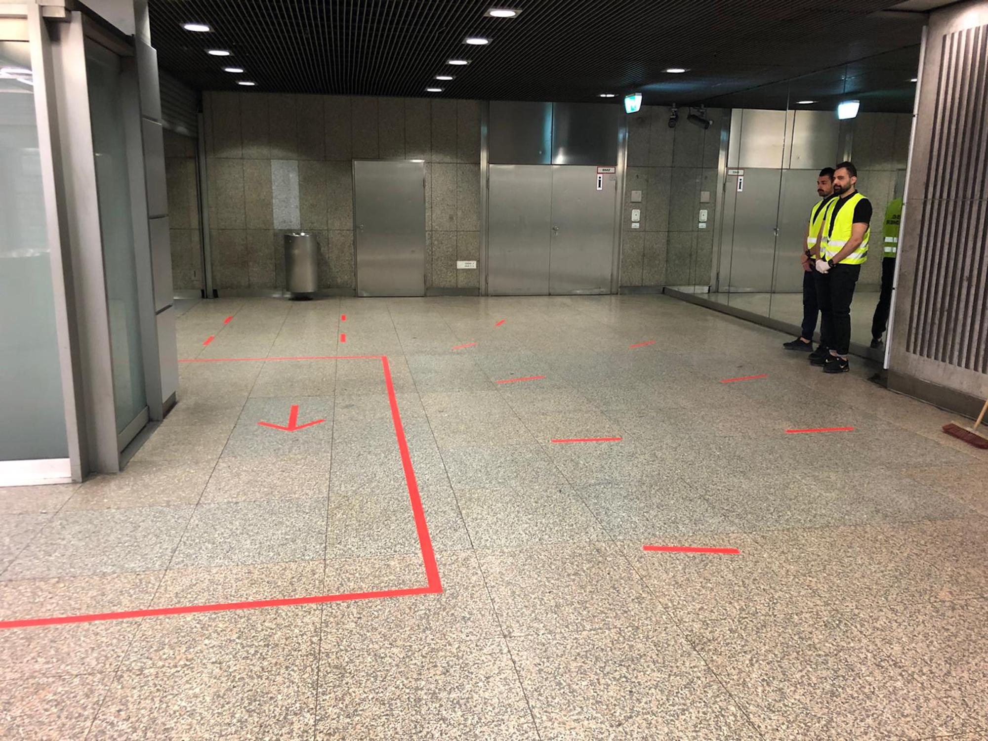Markierungen an zentralen Haltestellen zeigen Fahrgästen die Wegrichtungen sowie die Wartebereiche.