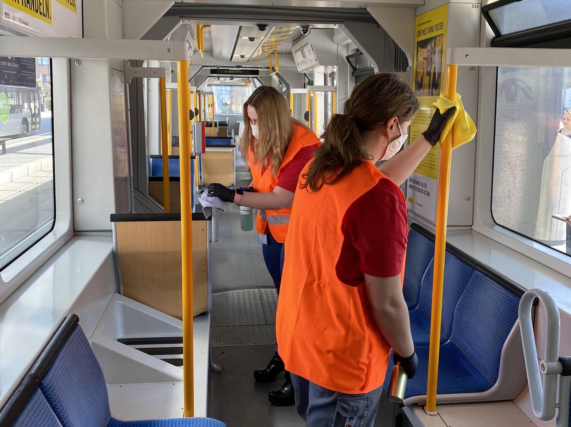 Azubis reinigen in den Rheinbahn-Fahrzeugen Haltestangen, Türtasten und Fahrkartenautomaten.
