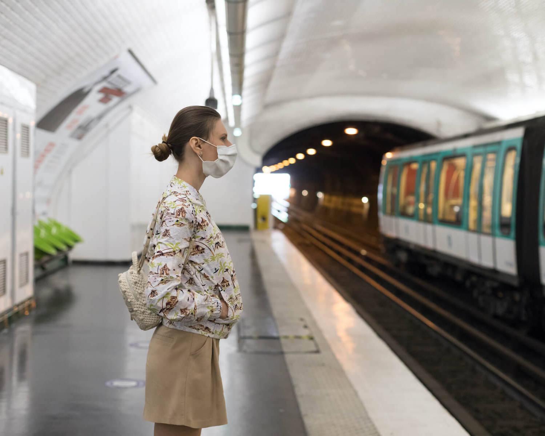 Frau steht in Paris in einer U-Bahn-Station