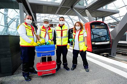 Mitarbeiter des Hochbahn-Hygieneteams posieren am Bahnsteg.