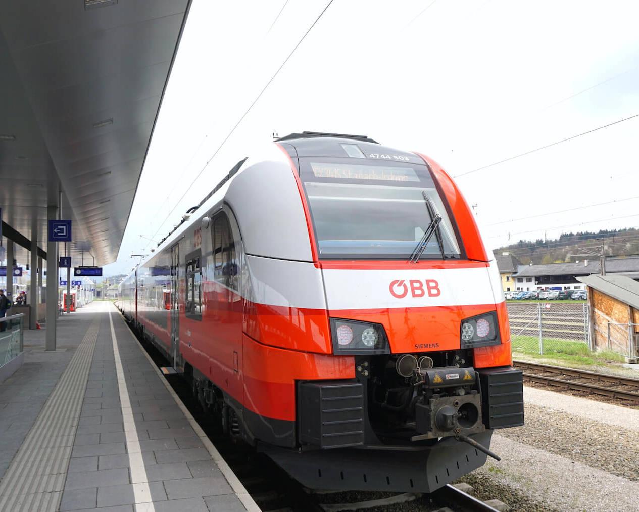 Ein ÖBB-Zug steht im Bahnhof