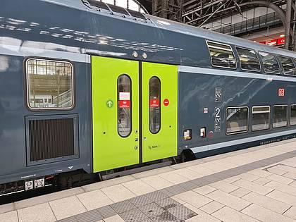 Ein DB-Regio-Fahrzeug steht im Bahnhof