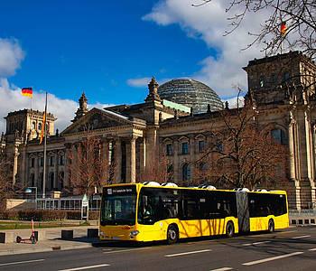 BVG Bus steht vor dem Bundestag in Berlin