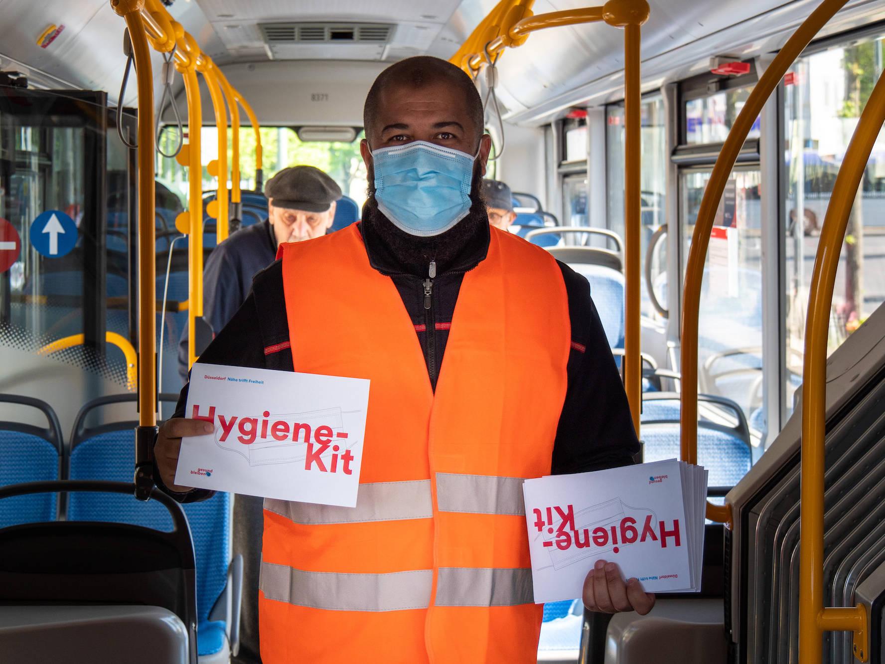 Die Stadt Düsseldorf hat Hygiene-Kits gepackt und zusammen mit der Rheinbahn an Fahrgäste verteilt.