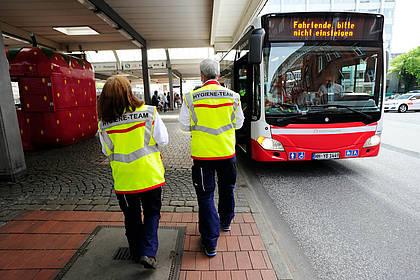 Reinigungsteams der Hamburger Hochbahn auf dem Weg zum Bus