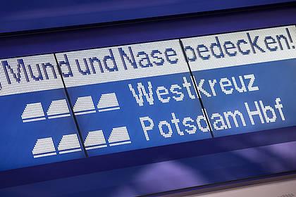 Hinweis zur Maskenpflicht an Bahnhofsanzeige
