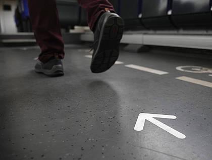 Pfeil zeigt in DB-Regio-Fahrzeug die Gehrichtung
