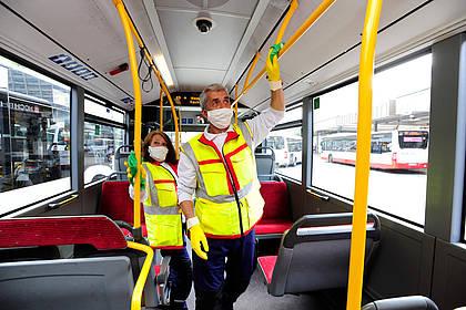 Hygieneteam der Hamburger Hochbahn reinigt Businnenraum.