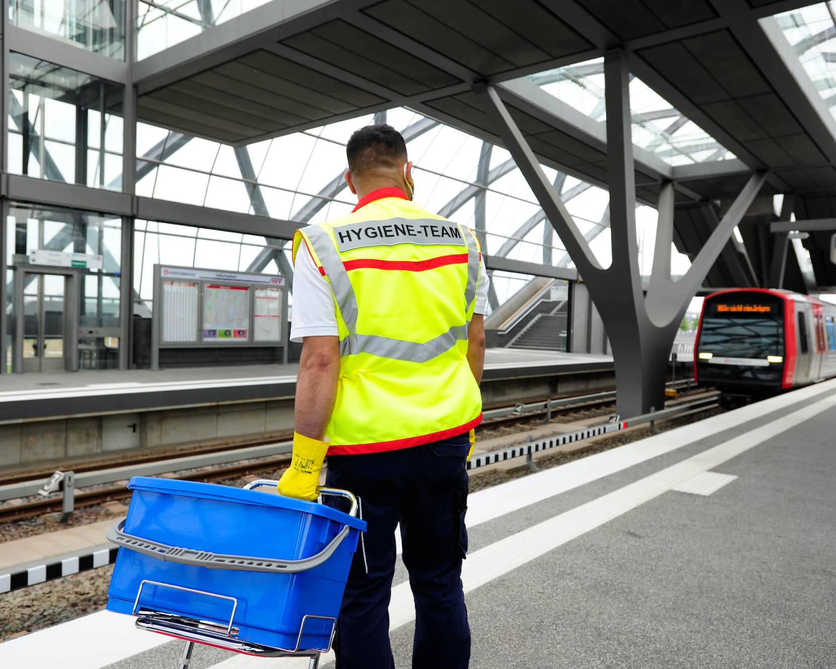 Mitarbeiter des Hochbahn-Hygieneteams am Bahnsteg.