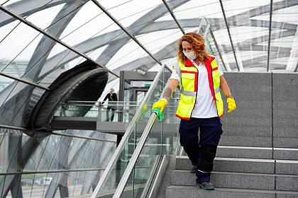 Mitarbeiterin des Hochbahn-Hygieneteams reinigt Handlauf.
