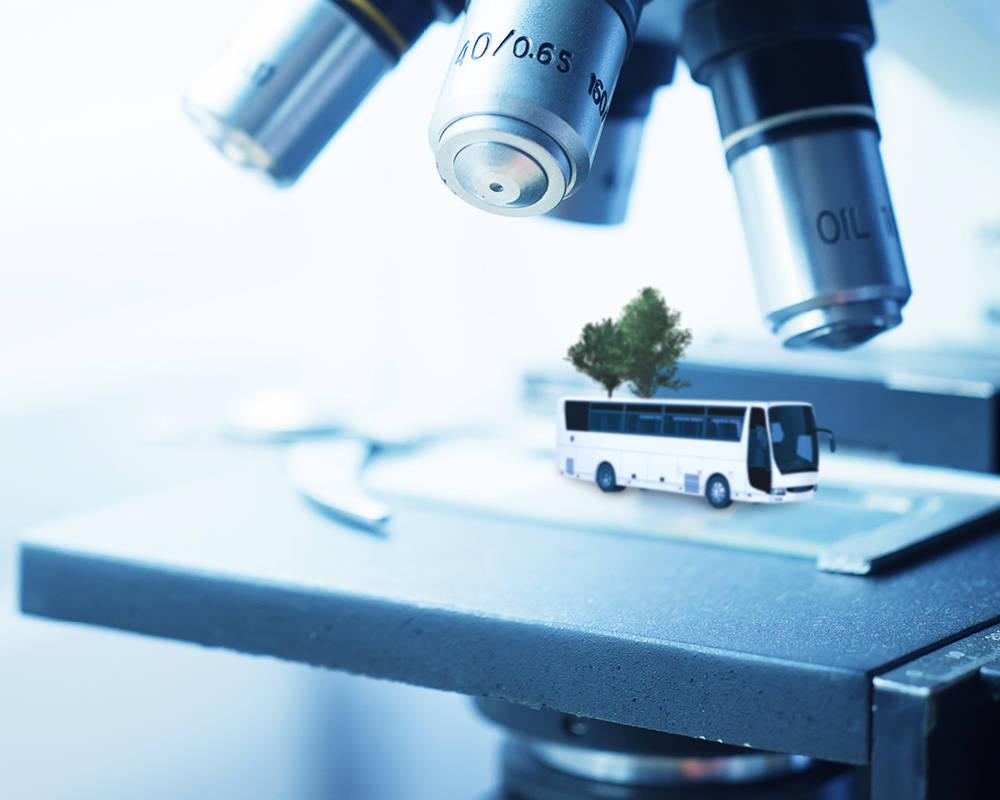 Bus unter einem Mikroskop