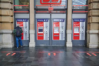 Abstandsmarkierungen im DB Bahnhof leiten die Fahrgäste an.