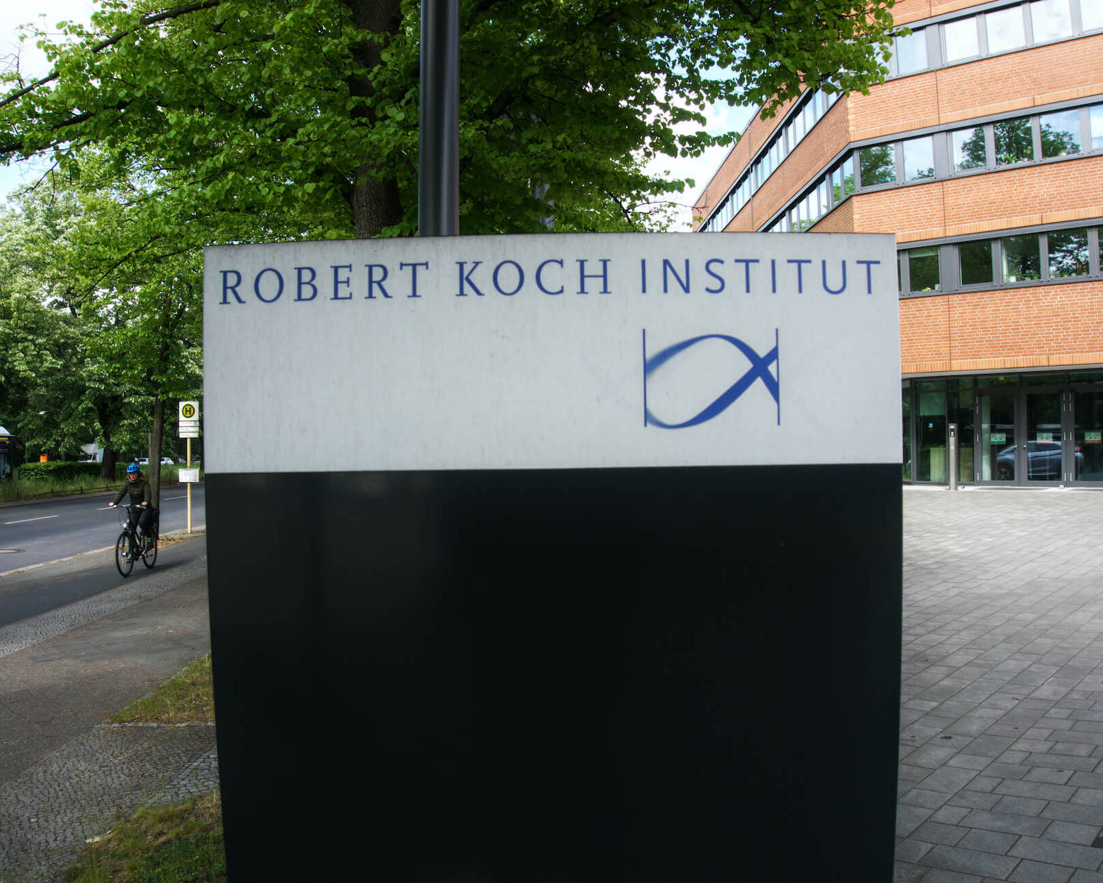 Schild des Robert-Koch-Instituts