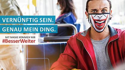 Mann mit verrückter Maske in der Bahn.