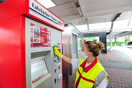 Mitarbeiterin des Hochbahn-Hygieneteams reinigt Fahrkartenautomaten