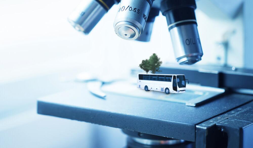 Darstellung eines Buses unter einem Mikroskop